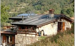 Cabaña con paneles solares y chimenea